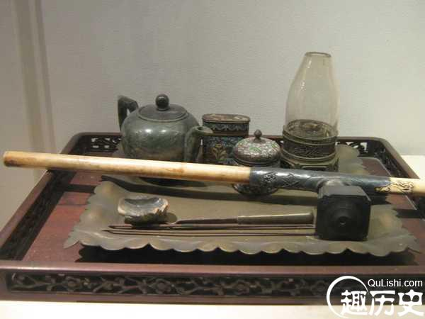 一整套的吸鸦片的工具 现在在博物馆中也能看到