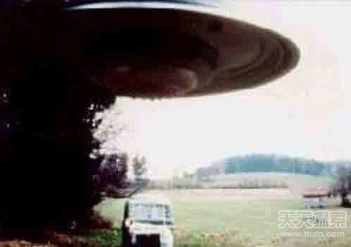美国曝光UFO及外星人尸体照 全世界惊慌