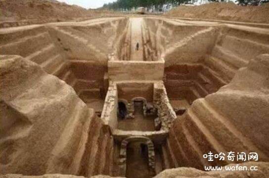 不为人知的公墓灵异事件,墓地监控拍到鬼影沿墙移动(堪比恐怖片)