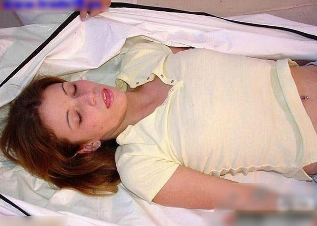实拍验尸官给漂亮女尸体更衣入棺恐怖全过程