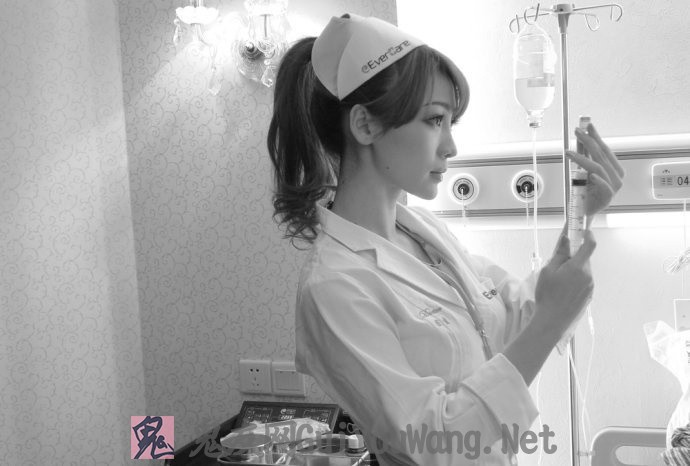 柳岩性感小护士大胆写真