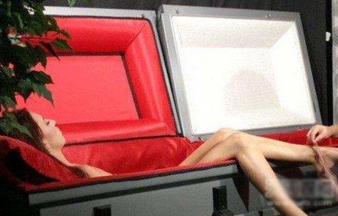实拍裸体女尸棺内换衣全过程